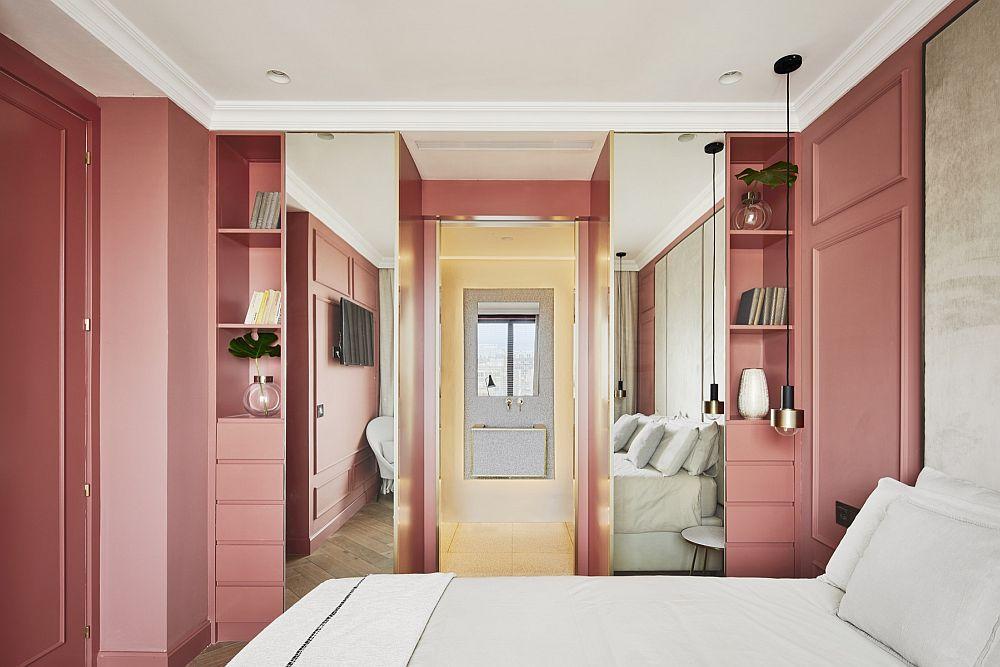 Pentru ca spațiul dormitorului roz să fie cît mai compact și unitar, fața interioară a ușii a fost vopsită în aceeași nuanță cu pereții.