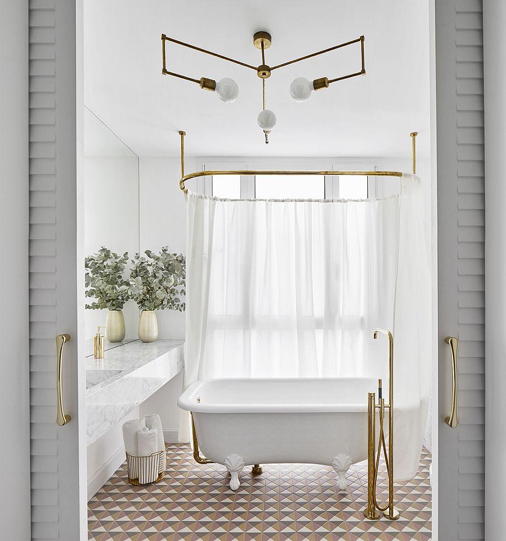 Cea mi luminoasă baie este elegant tratată cu o cadă pe mijlocul încăperii și detalii aurite care-i conferă eleganță.
