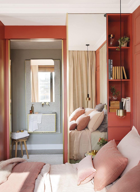 De remarcat relația cromatică dintre spațiul dormitorului și cel al băii. Dacă dormitorul este creionat într-o nuanță de roz somnon, baia este mult mai temperată, tratată în nuanțe neutre.