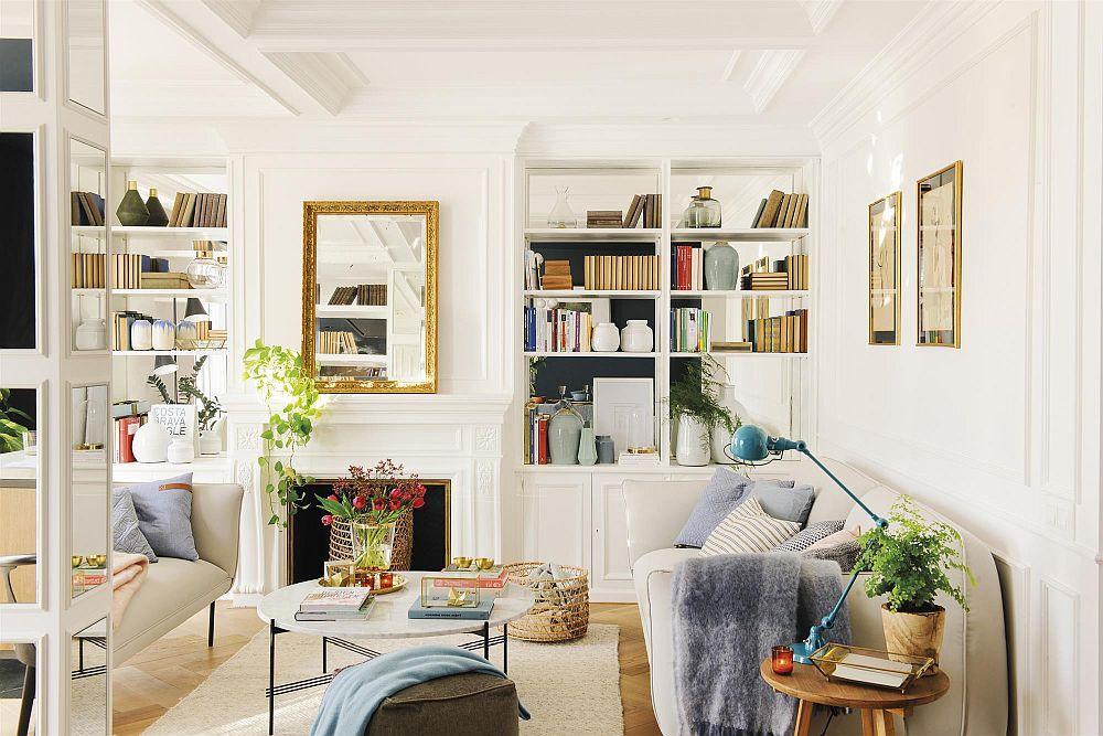Totul alb în living, inclusiv tapițeria canapelelor, dar pe acest fundal deschis orice pată de culoare se observă ușor, la fel ca și decorațiunile care ies mai repede în evidență.