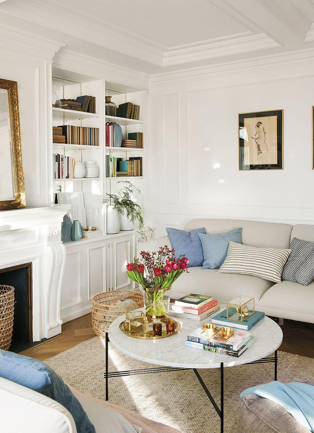Designul canapelelor și al măsuței, unul contemporan, cu alură grafică aduce în actualitate întregul decor, chiar dacă pereții și șemineul sunt trate clasic.