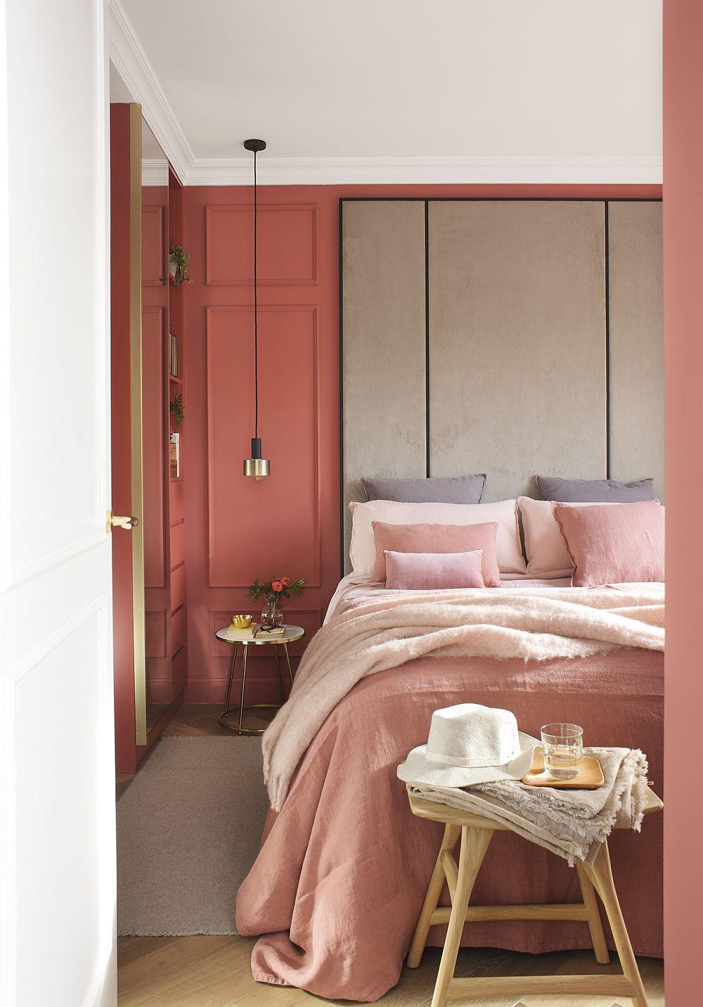 fiecare dormitor este diferit tratat și personalizat prin culoare. În spații mici culorile vibrante pot conferi senzația de cuib, dar întotdeauna într-un dormitor, pe lângă culoarea pereților contează mult tăblia patului și lenjeria patului , deoarece acestea ocupă o mare parte din suprafețele camerei dedicate odihnei.