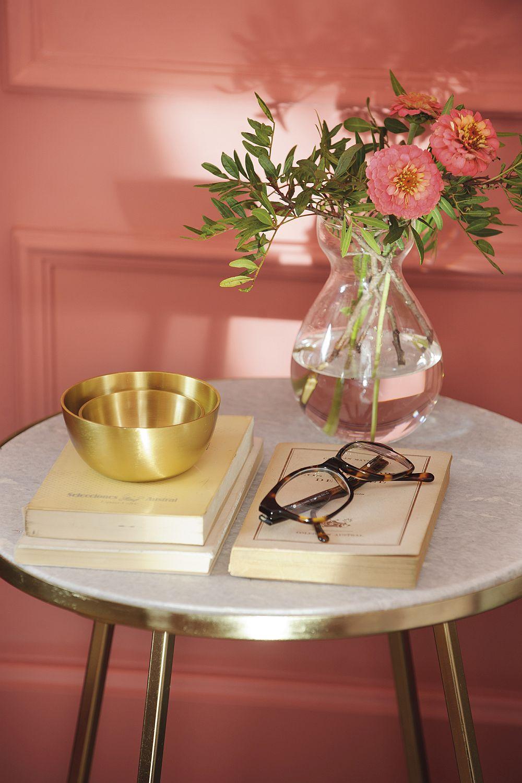 Combinația de roz somon cu auriu este foarte în vogă, așa că nu e de mirare că designerul a folosit-o într-unul dintre dormitoare.