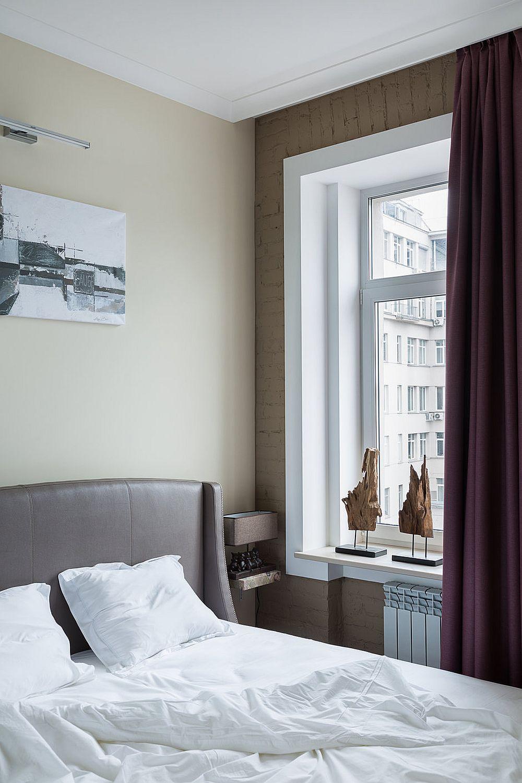 Dormitorul este mic, dar patul tapițat, nuanțele folosite aici îi conferă un aer intim, ca de cuib.