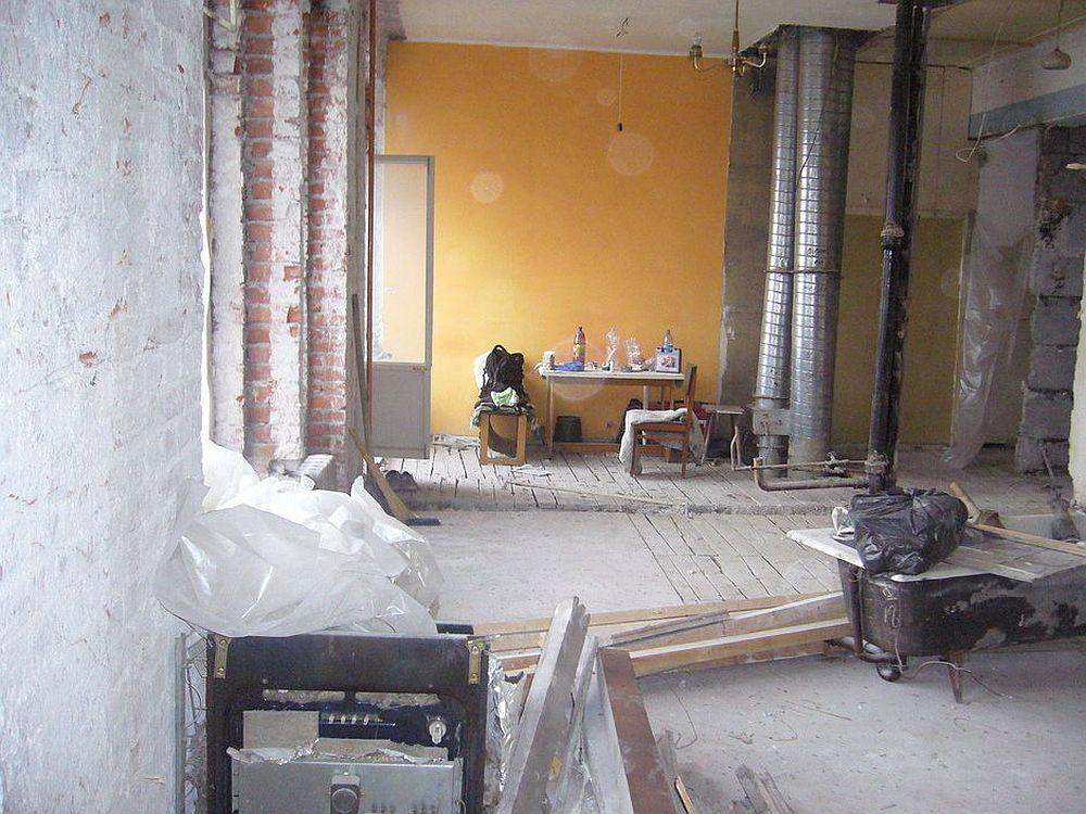 Locuința în faza de șantier, unde zidurile dintre bucătărie, baie și living au fost desființate.
