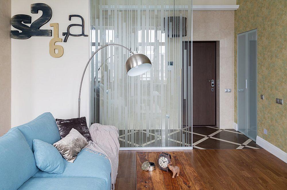 Pentru că livingul este deschis către zona de intrare în casă, designerii au prevăzut ca locul de cuier și pentru depozitarea pantofilor să fie configurat ca o debara cu ușă. Astfel nu este nicio piesă de mobilier la vedere.