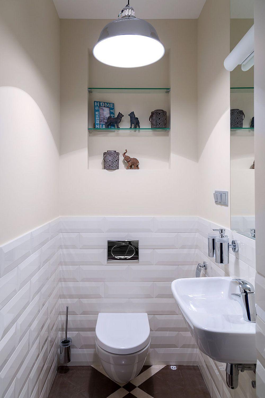 Baia de serviciu se află în zona de intrare în locuință și ea este minimal, dar eficient dotată cu obiecte sanitare specifice. Pentru ca ambianța să nu fie prea încărcată, designerii au prevăzut faianță doar pînă la 120 cm înălțime, nivel la care este marcat și rezervorul îngropat al vasului de wc.