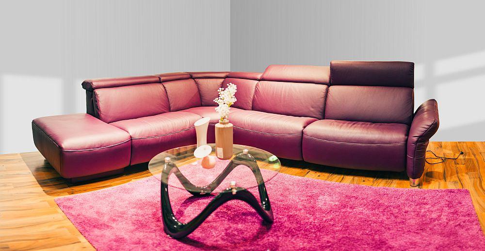 Colțar Maxi. Piele Longlife Rustica Purple. Include un loc cu funcţie relax, acţionabilă electric prin sistem touch. Include tetiere reglabile. Include ladă depozitare. Preț la cerere