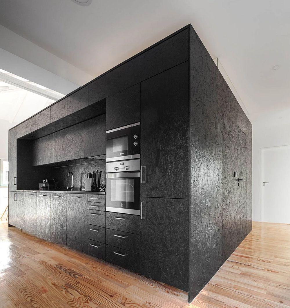Toto mobilerul bucătăriei a fost realizat din OSB. Plita este electrică, deci nu pe gaz pentru a avea flacără deschisă.