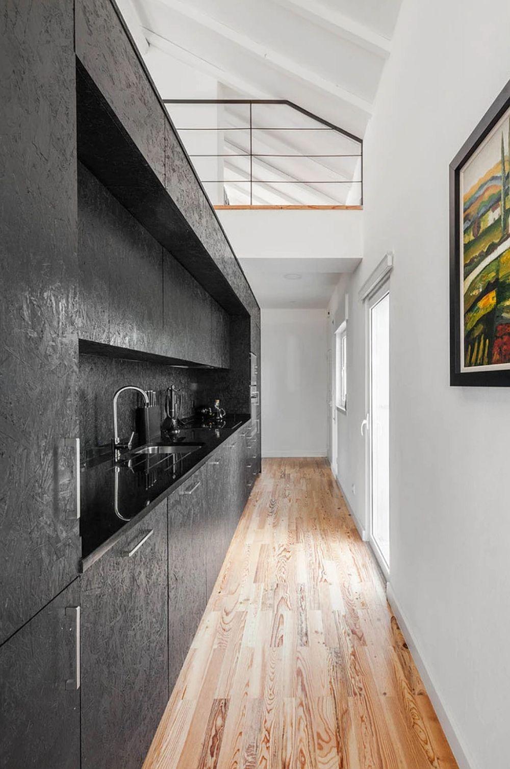 Pe partea opusă a scării interioare se află bucătăria.