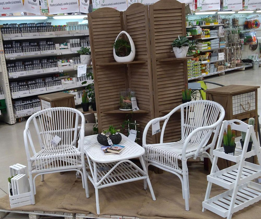 Amenajare din magazinul Auchan în temă marină. Acest tip de mobilier se potrivește foarte bine și la interiorul casei, nu doar pe balcon.