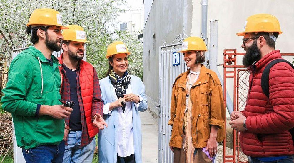 Imagine cu toată echipa de la filmările celui de-al cincelea sezon al emisiunii Visuri la cheie. În stânga este prezentatorul Corneliu Ulici.