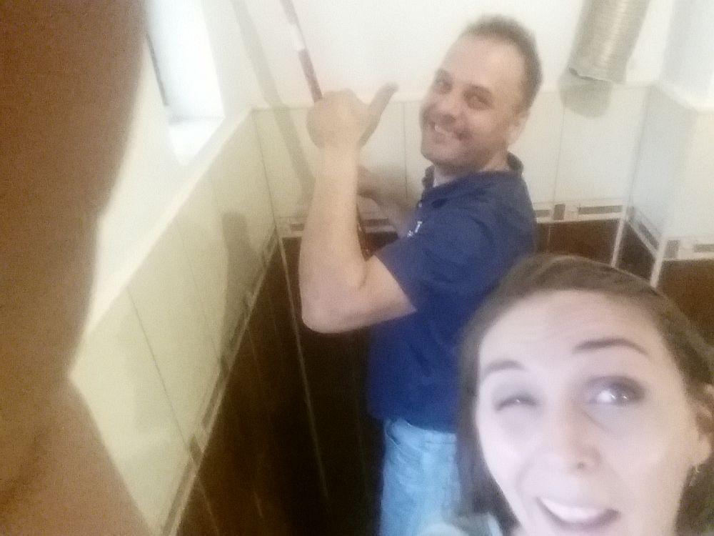 Alături de Marian, meșter priceput din echipa Ajusto.ro. În timp ce el a zugrăvit pereții cu vopsea lavabilă eu am vopsit faianța. A fost o lucrare pe repede înainte, dar am avut ocaia să testez eu vopseaua pentru faianță. Din păcate n-am avut cum să-mi fac și poze :)