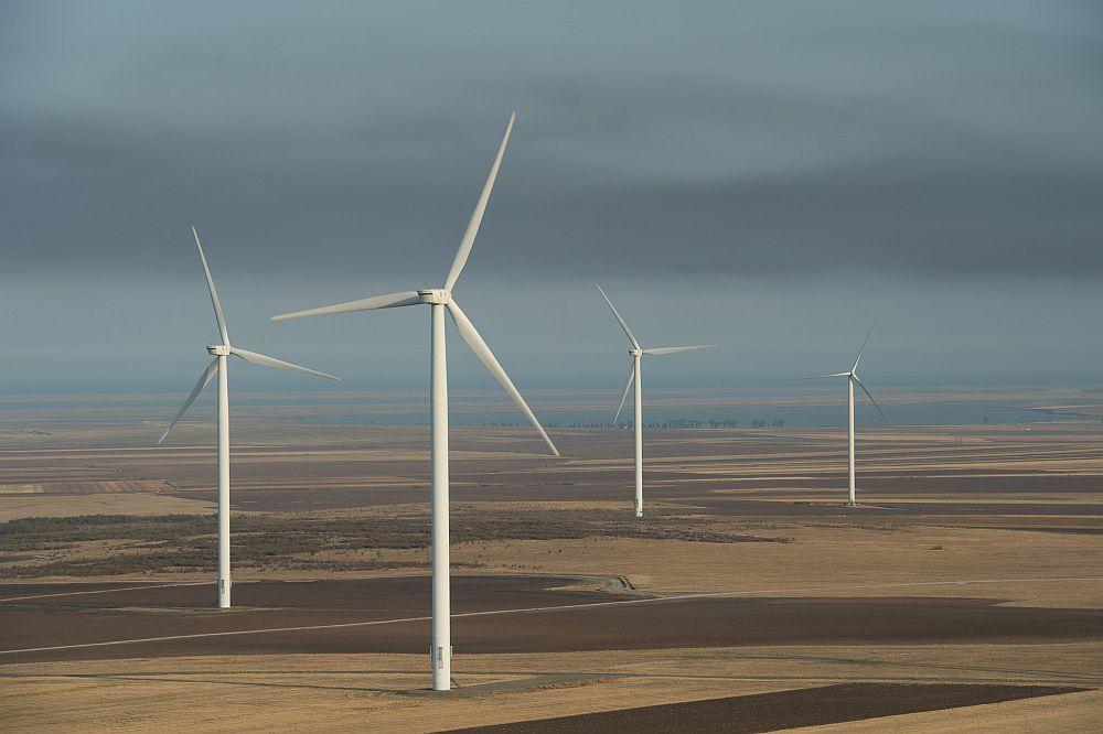 Cel mai mare parc eolian pe uscat din Europa este o realizare a Grupul CEZ, care a investit pentru acesta, în zona Dobrogea, la Fântânele, Cogealac și Grădina, 1,1 miliarde Euro. Parcul eolian are o putere totală instalată de 600 MW.
