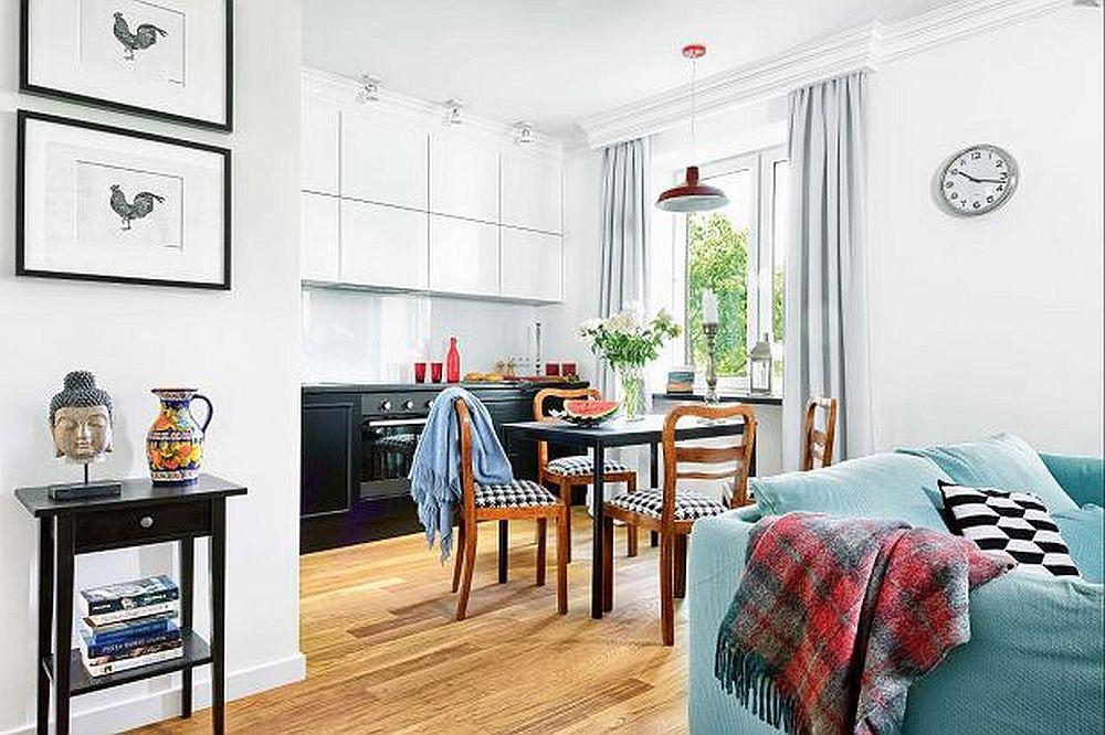 Canapeaua din living este situată pe centrul spațiului, separând zona de conversație față de cea a bucătăriei, care include și un loc de luat masa. Pentru ca spațiul mic să se simtă mai generos și aerisit, ferestrele nu au fost acoperite, ci doar încadrate de draperii. De asemenea parchetul este prezent peste tot, înclusiv în zona bucătăriei, astfel ca pardoseala să fie unitară, nefragmentată.