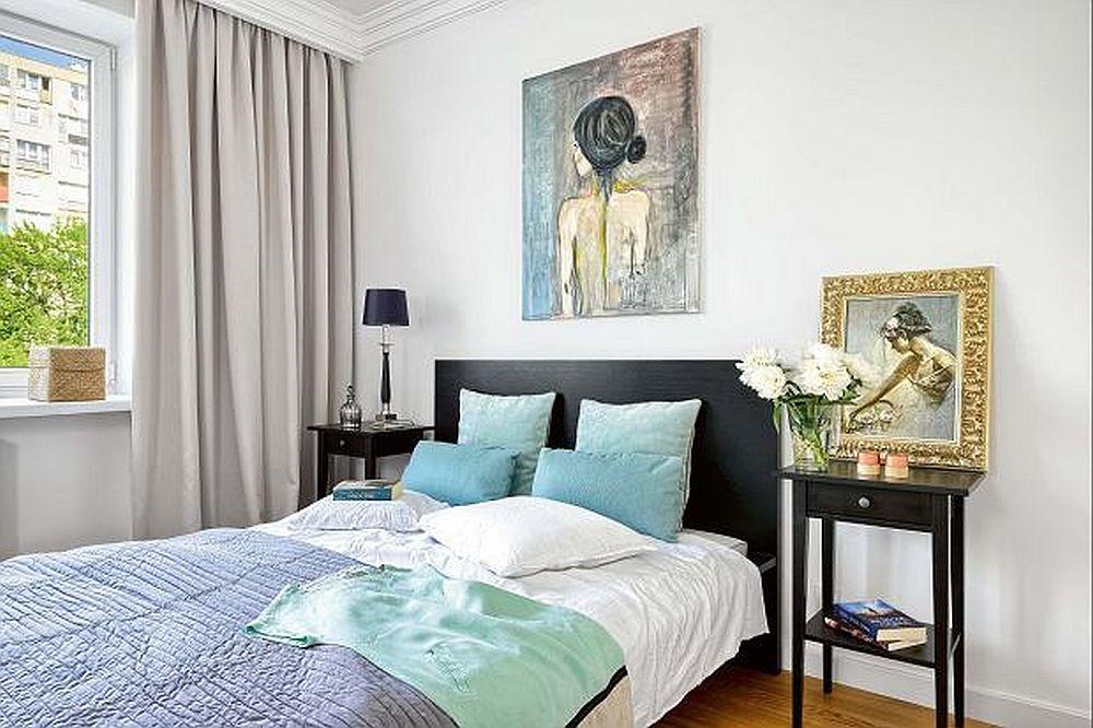 Dormitorul este simplu și aerisit amenajat cu mobila strict necesară, dar atmosfera este dată prin decorațiuni textile și tablouri.