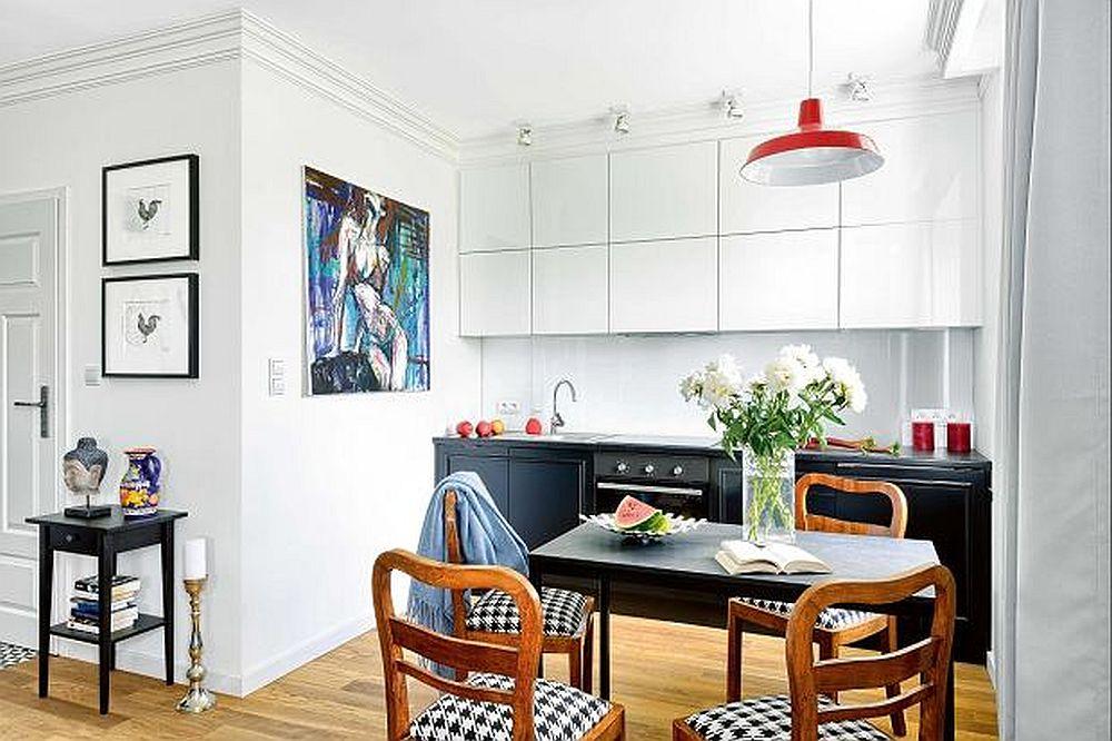 Bucătăria fiind deschisă s-a dorit ca prezența ei să nu fie prea tehnică. În acest sens corpurile de mobilier din partea superioară au fost gândite albe, la fel ca și zugrăveala pereților, iar partea de jos neagră pentru a camufla mai bine electrocasnicele negre.