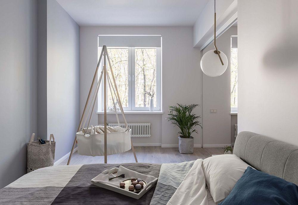 Locul dedicat bebelușului este în același spațiu al dormitorului. Este un compromis care va funcționa până când cel mic ajunge la vârstă școlară.