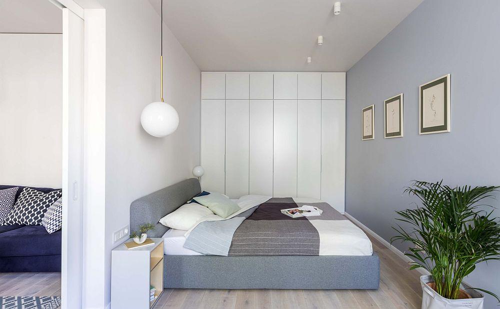 Dormitorul este strict mobilat cu ceea ce trebuie, dar amplasarea mobilierului s-a făcut în așa fel încât patul să nu fie vizibil din camera de zi.