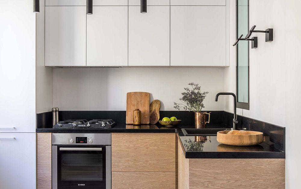 Bucătăria este mică și compactă, cu electrocasnice și dotări încorporate. Spațiile dintre funcțiuni sunt bine gândite, astfel că între plită și chiuvetă să existe loc de blat pentru prepararea alimentelor. Deasupra chiuvetei a fost prevăzută o fereastră interioară pentru a fi asigurată lumină naturală în baie.
