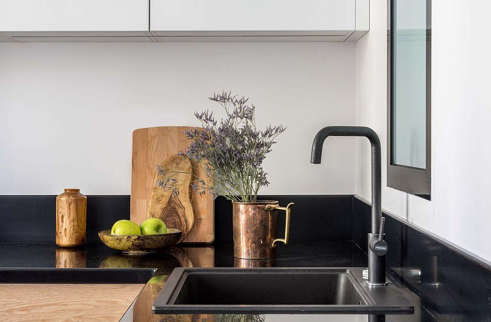 Pentru ca dotările și electrocasnicele să fie mai bine camuflate în ansamblul bucătăriei, ele au fost alese negre, la fel ca și nuanța blatului.