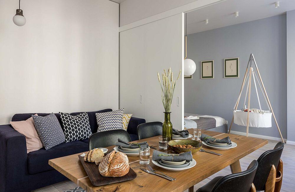 Compartimentarea mobilă dintre living și dormitor permite o flexibilitate mai mare a spațiului pentur ca acest să poată fi folosit așa cum are nevoie familia. Ușile culisante au fost tratate ca și uși de mobilier și ele sunt fixate în parte superioară de o structură fixă.
