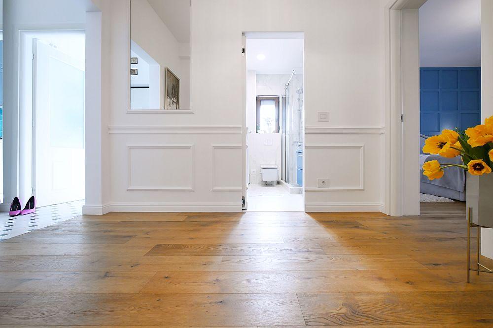 În cel de-a doilea hol al apartamentului finisajul pardoselii a fost ales similar ca și în camere, respectiv un parchet stratificat din lemn de stejar achiziționat pe comandă de la Exclusive Floors. Toată locuința are încălzire prin pardoseală, ca atare s-a ales un parchet care să fie pretabil pentru acest sistem. Și nu întâmplător covoarele mari lipsesc, tocmai pentru că această pardoseală este caldă și la propriu și la figurat.