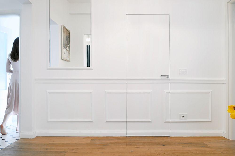 Un truc al amenajării este cel al iluziei optice date de ușile secrete. Denumite filo muro, ușile care se camuflează în ansamblul pereților sunt realizate pe comandă prin firma White Design.