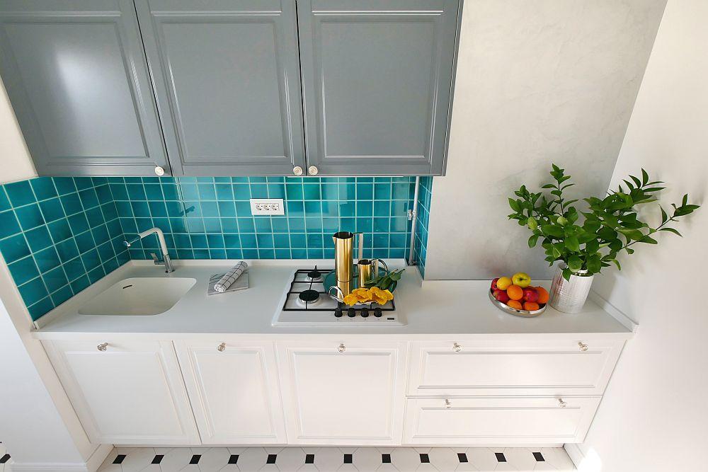 Mobila din bucătărie a fost realizată pe comandă la Movi Design pentru a putea fi exploatat spațiul atipic. Pe perete sunt plăci ceramice aduse din Sardinia pe comandă prin firma Dream Home Design.