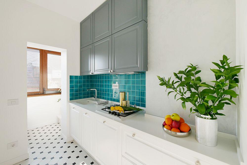 Bucătăria are o formă atipică, așa că arhitectele au exploatat spațiul cât mai bine posibil organizând zona de lucru pe o singură latură. cu loc de chiuvetă și pltiă.