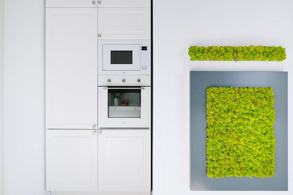 După ușa bucătăriei sunt grupate dulapurile care înglobează combina frigorifică și cuptorul.