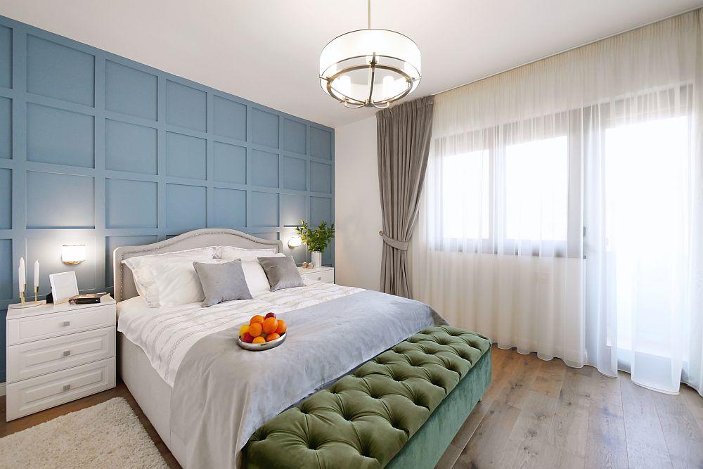 Dormitorul este o cameră luminoasă unde arhitectele au prevăzut un perete de accent în spatele patului și o banchetă tapițată în fața patului pentru a creiona tușele clasice.