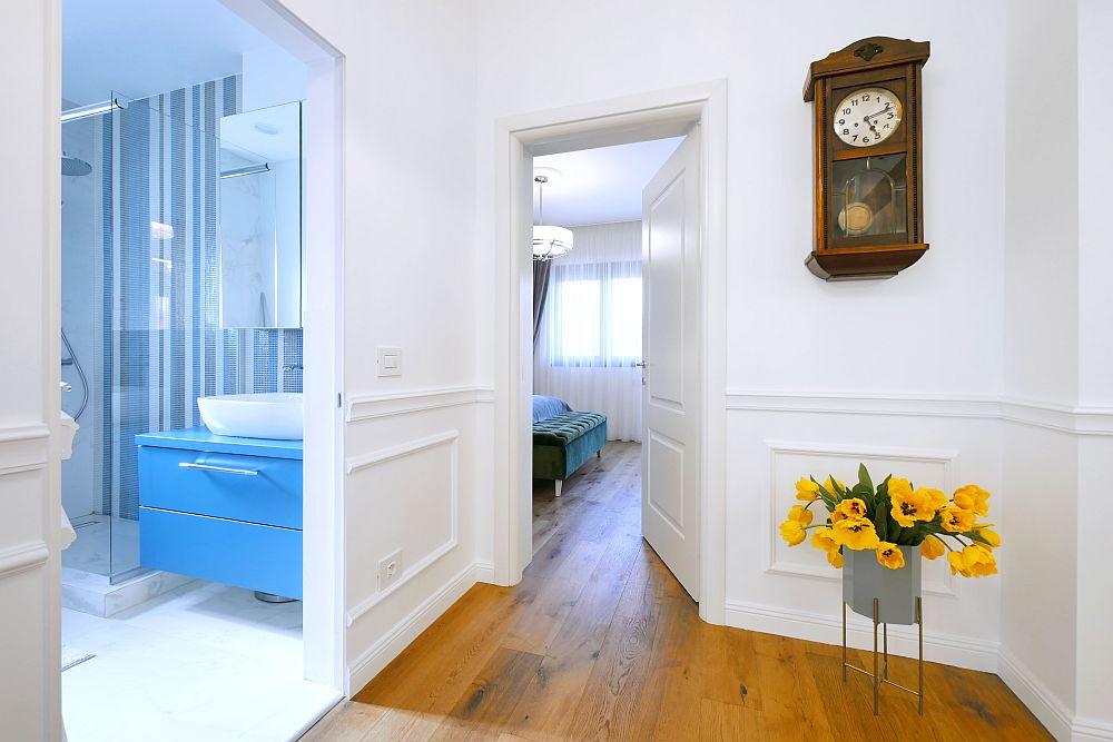 Din holul deschis către living se accede către baie și către dormitor. În acest spațiu a fost poziționat pendulul proprietarilor.