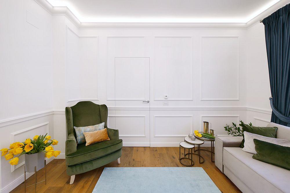 Din living se accede în birou, așa că arhitectele au folosit același truc cu ușă secretă pentru a nu fragmenta spațiul. Măsuțele de lângă canapea sunt de la The Home, iar decorațiunile de la Zara Home.