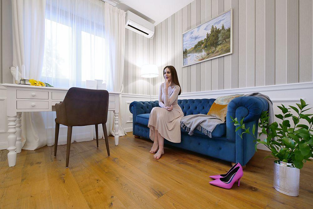 Canapeaua pentru birou este un model extensibil Chesterfield și a fost comandată la firma Moldwood din Republica Moldova. Masa de birou a fost comandată la firma Szel Mob.