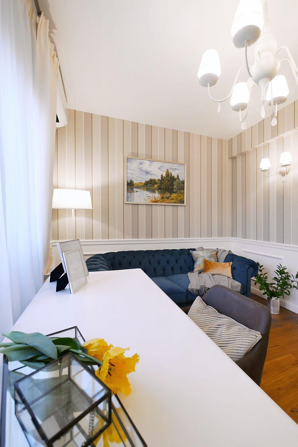 Camera dedicată biroului poate fi folosită la nevoie și ca încăpere pentru oaspeți, ca atare aici se găsește și o canapea extensibilă.