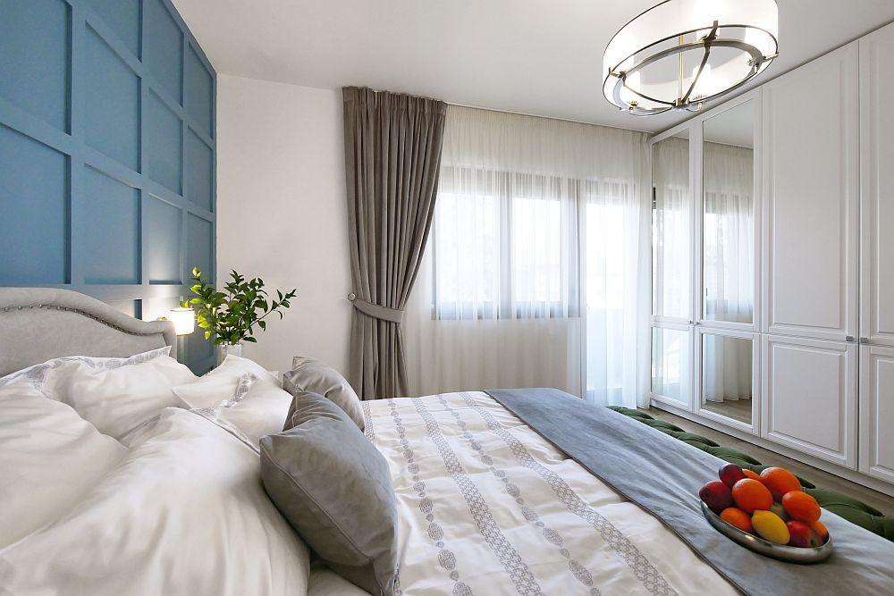 În fața patului este prevăzut un spațiu generos de depozitare, respectiv un ansamblu de dulapuri care ocupă toată suprafața de perete.