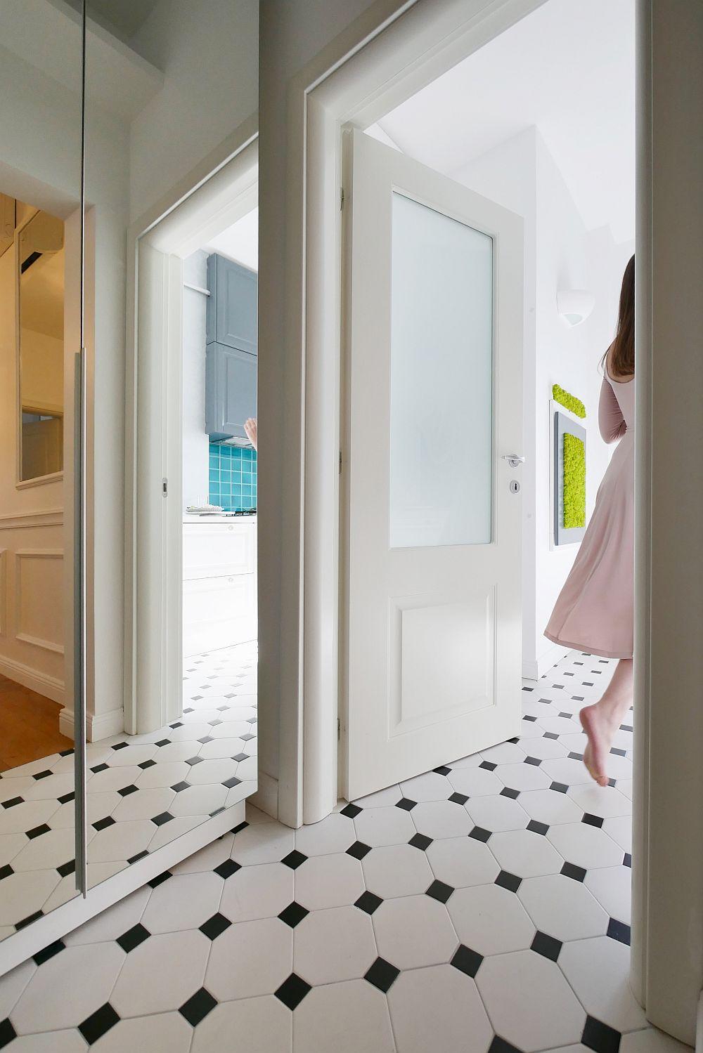 Din holul de la intrare se deschide direct în față bucătăria, care măsoară circa 6 metri pătrați.