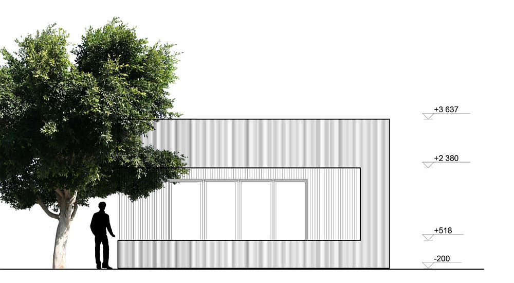 Fațada principală cu accesul în casă, care se face prin intermediul ferestrei culisante.