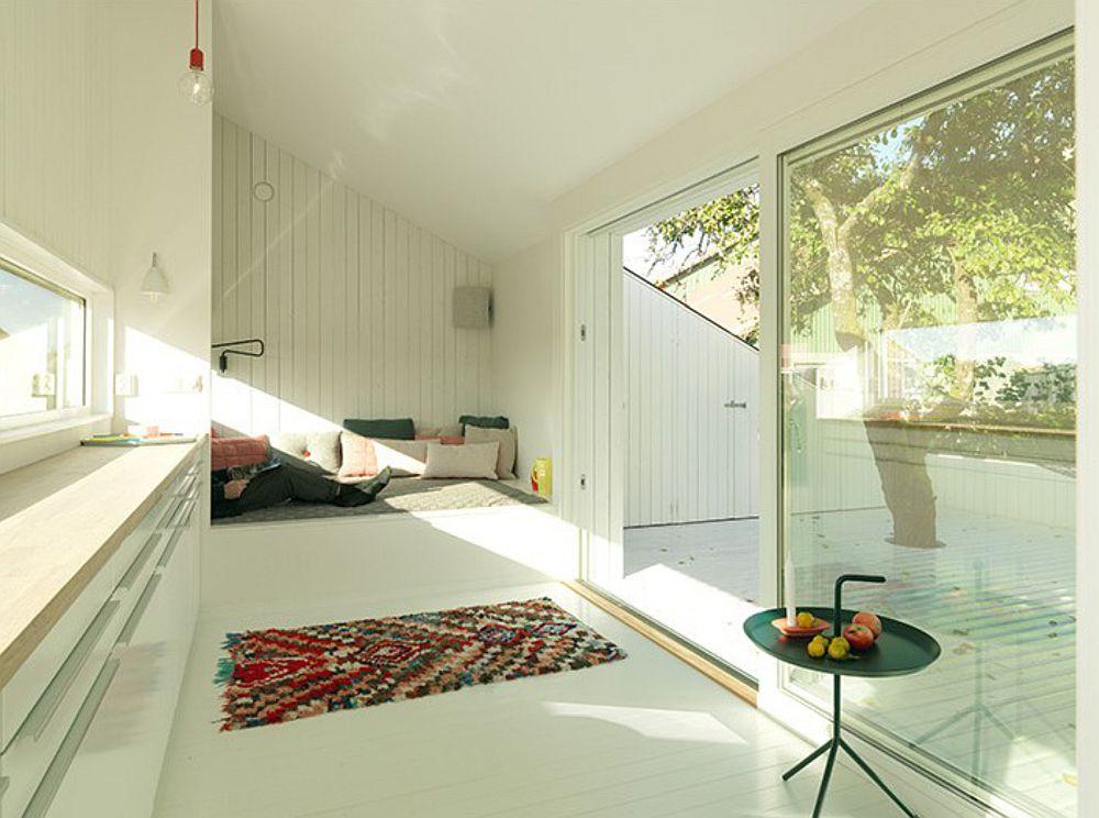 Locul de dormit este gândit ca o nișă. În imagine se văd pe terasă locurile de depozitare.
