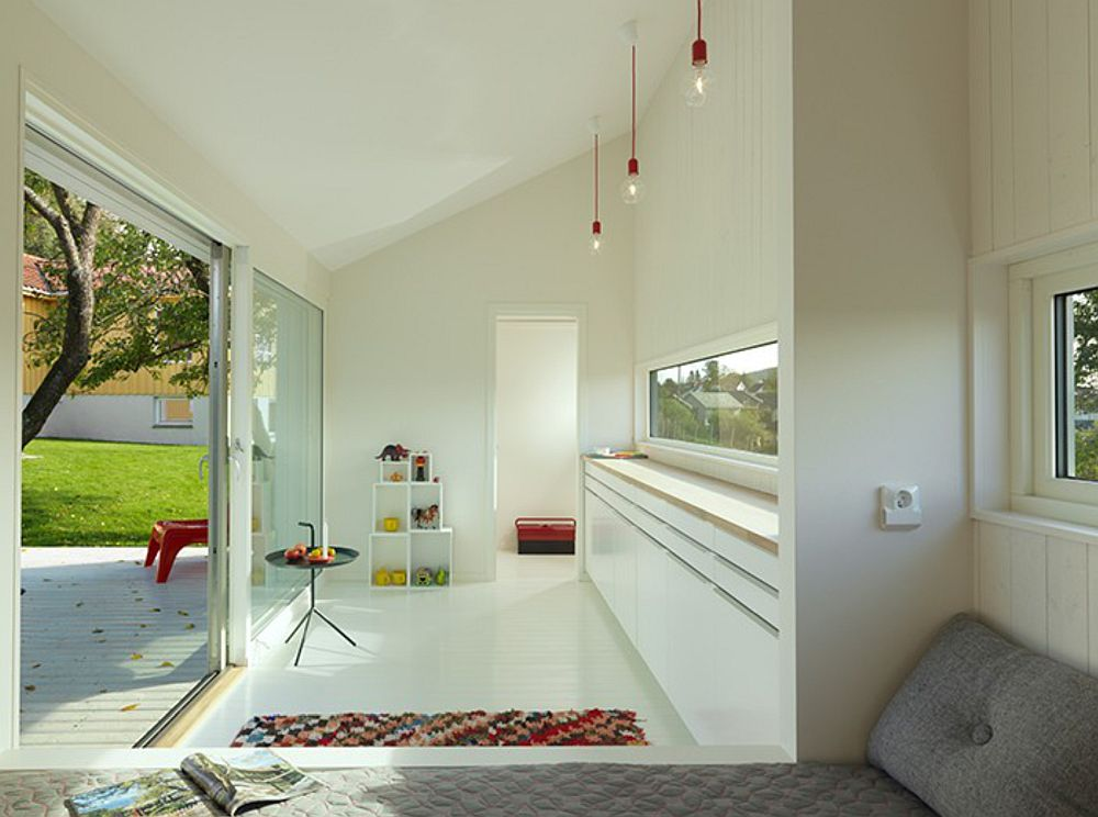 Interiorul căsuței cu vedere către baie.