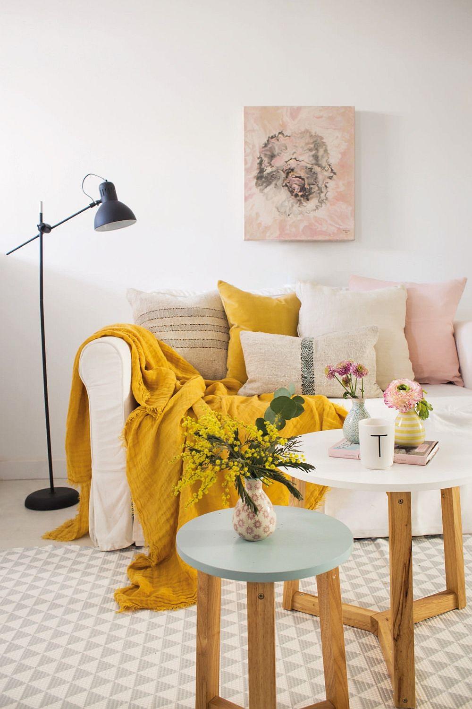 Între spațiu mic tapițeria deschisă a canapelei ca și alegerea de mic mpbilier (măsuțe) cu picioare (care lasă lumina să circule), te fac să percepi spațiul ca fiind mai luminos și mai aerisit. Cu ajutorul accesoriilor textile poți imprima senzația de confort și poți aduce culoare la interior.