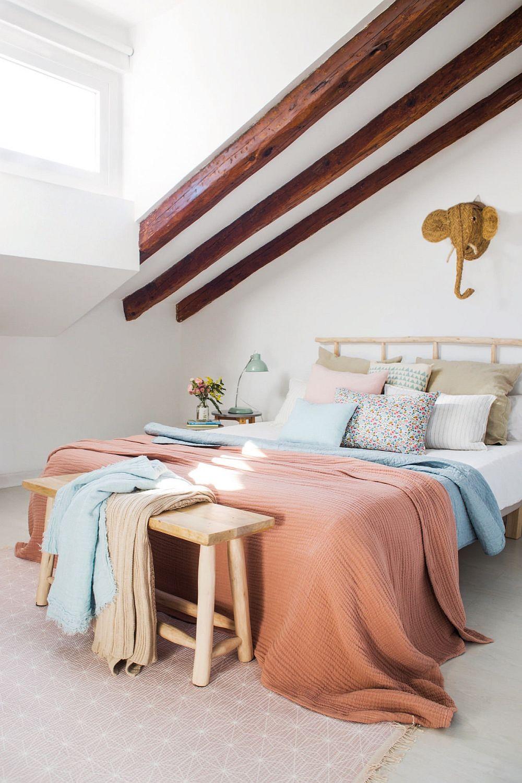 Dormitorul este amenajat în zona mansardei unde panta acoperișului este mai pronunțată, tocmai pentru ca zona cea mai înaltă din mansardă să revină funcțiunilor unde e nevoie de o poziție a corpului pe verticală.