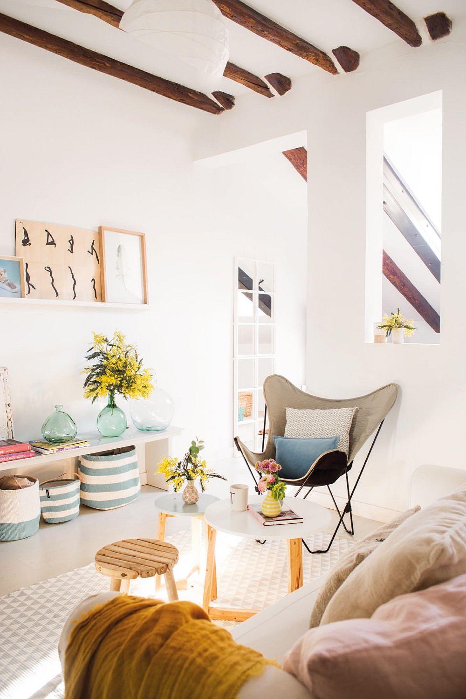 Bancheta din zona locului de luat masa este prelungită până aproape de accesul în dormitor. Deși joasă și simplă, ea poate fi folosită în variate moduri prin accesorizare. La nevoie poate deveni și comodă pentru tv.
