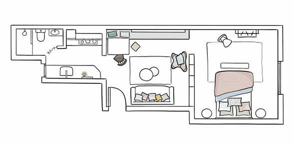 Intrarea în locuință se afflă în zona de zi, între bucătărie și living. Bucătăria este mică, practic o chicinetă organizată în stângă, iar lângă ea o mică baie, având în vedere prezența instalațiior de apă în această parte a locuinței. Cum au procedat designerii pentru ca întreaga garsonieră să pară mai mare și mai luminoasă? Au desființat ușa interioară între chicinetă și zona de living, iar între living și dormitor au prevăzut o ușă cu gemauri din sticlă. Astfel, lumina naturală pătrunde către centrul garsonierei, dând impresia că spațiul este mult mai generos.