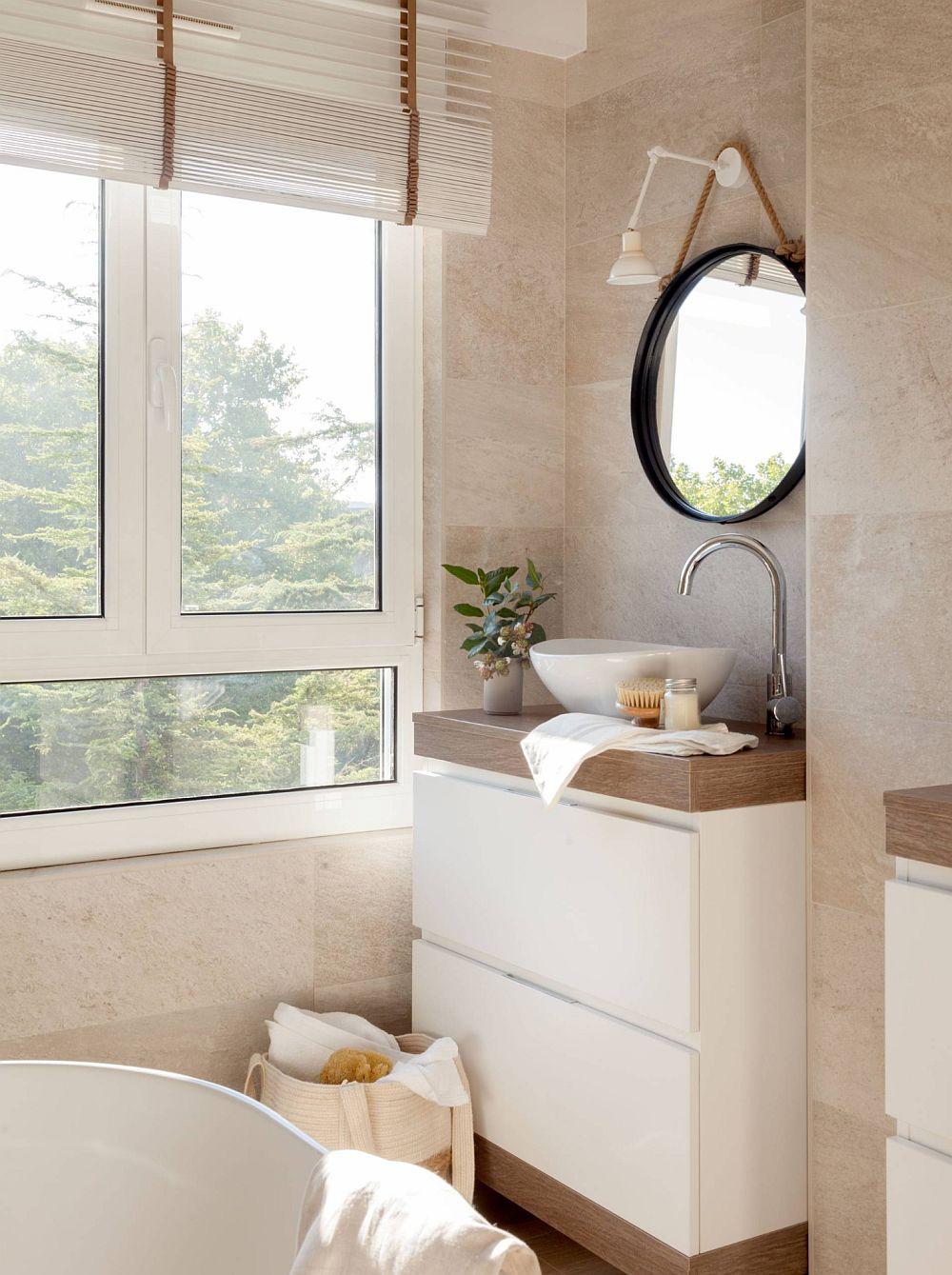 Lumina naturală contează enorm și în camera de baie. Acesta se simte ca fiind mai generoasă și datorită ferestrei largi.