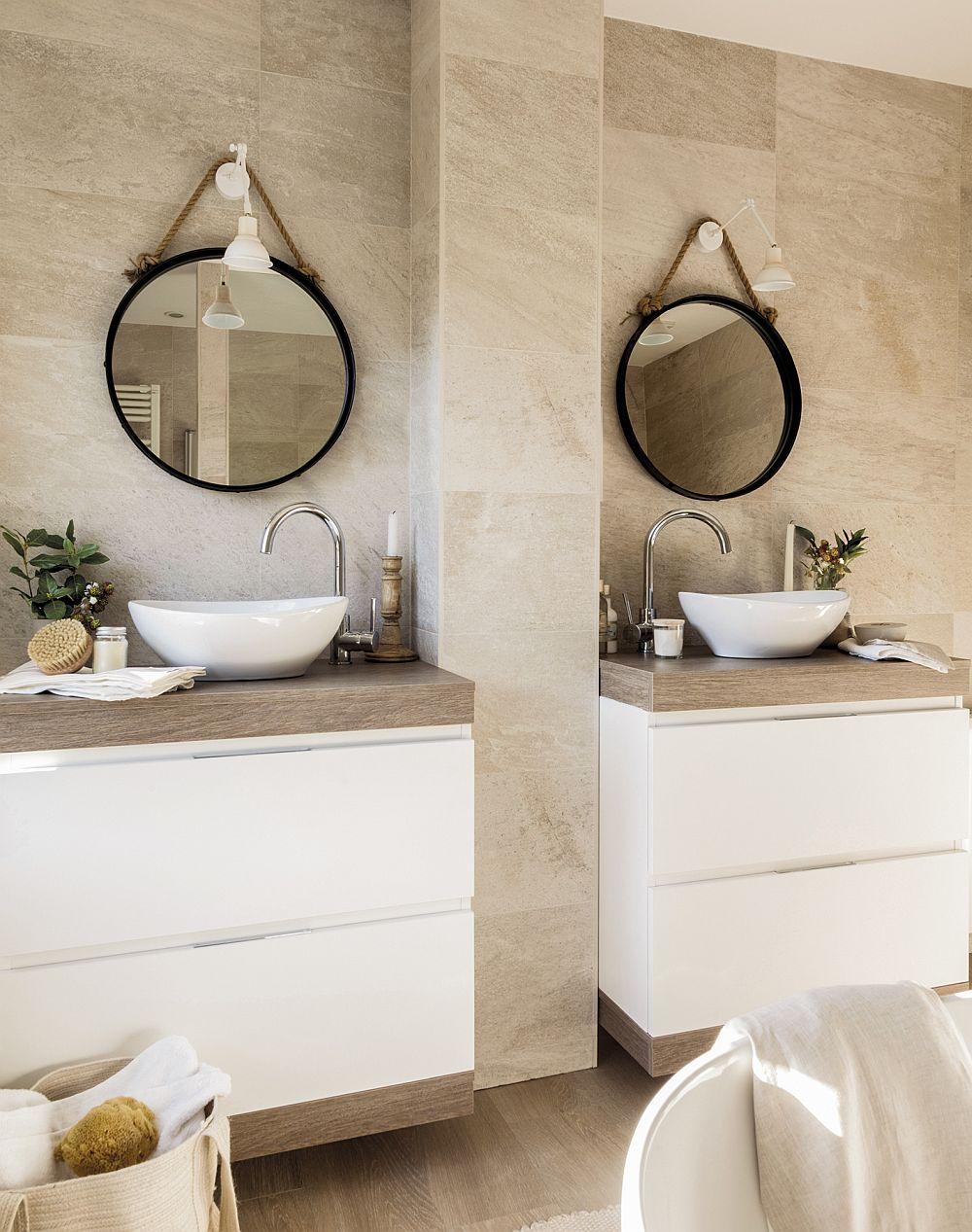 Pentru a configura două lavoare în noua baie, designerul a prevăzut o ghenă de instalații între cele două corpuri. Acestea maschează practic instalațiile necesare alimentării lavoarelor.