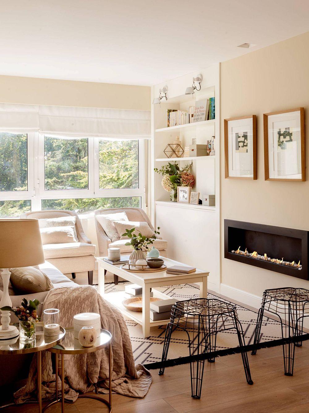 Camera de zi este în primul rând foarte luminoasă și are un aer intim, care vorbete despre acasă. Culorile sunt toate deschise, dar finisajul pardoselii, accentele de lemn și tuțele de negru contribuie la imaginea contemporană. De asemenea, faptul că suprafața ferestrelor este liberă, fără perdele, face ca spațiul să se simtă foarte luminos. Șemineul cu bioetanol este un element contemporan frumos integrat în living.