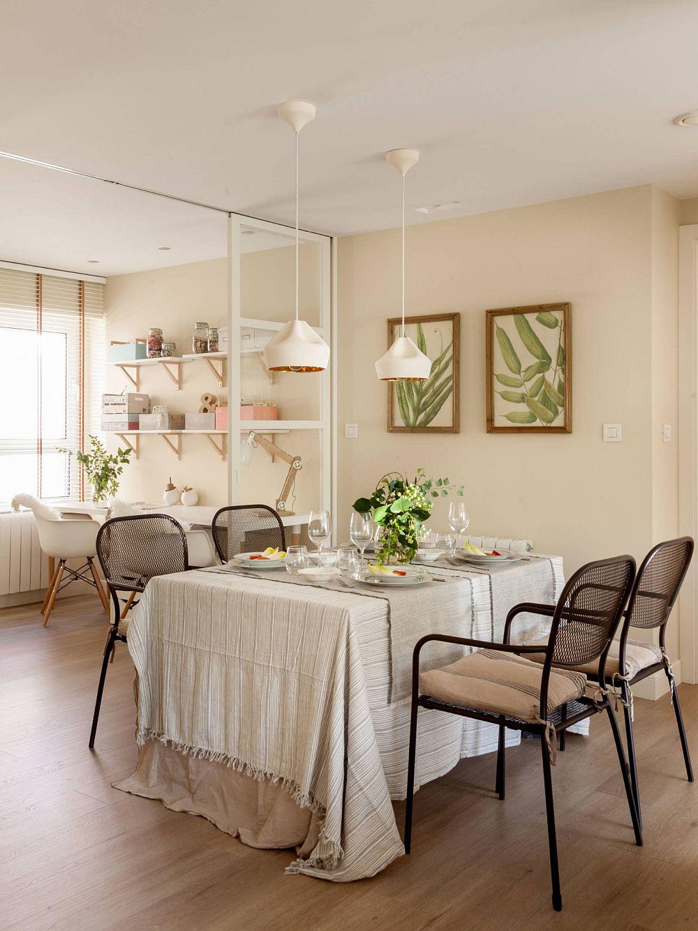 Amenajat pe locul unui fost dormitor, spațiul dedicat sufrageriei este împărțit cu cel dedicat birourilor. Pentru ca lumina naturală să nu fie obturată, separarea dintre cele două funcțiuni s-a făcut cu uși glisante cu geamuri.