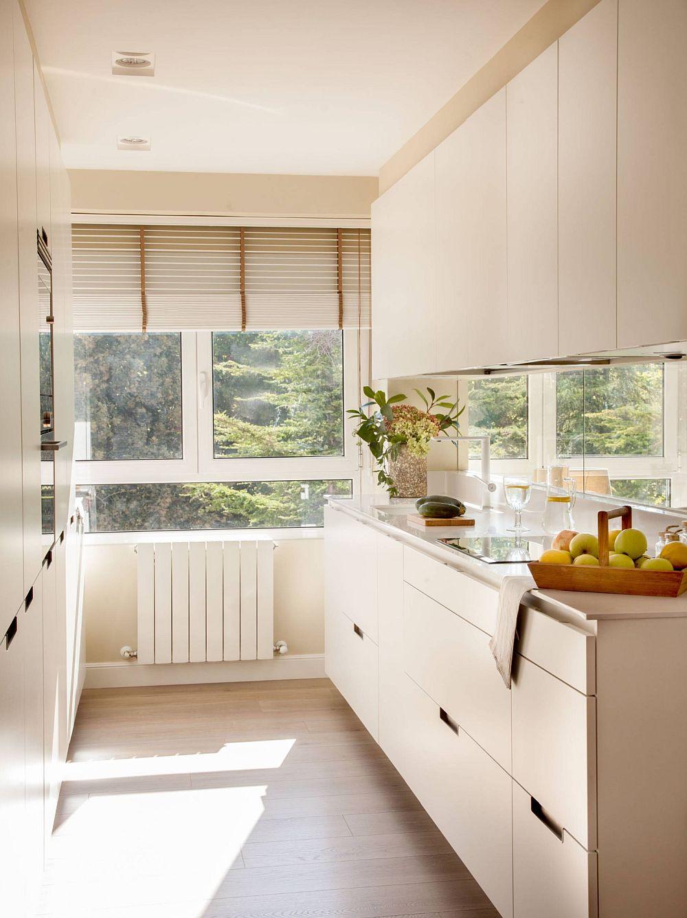 Bucătăria este lungă și îngustă. Frontul de lucru, cu chiuvetă și plită este organizat pep singură latură, iar cuptorul, combina frigorifică sunt înglobate în ansamblul de mobilier compact situat pe partea opusă. Pentru o astfel de configurație s-a optat evident pentru o plită electrică.